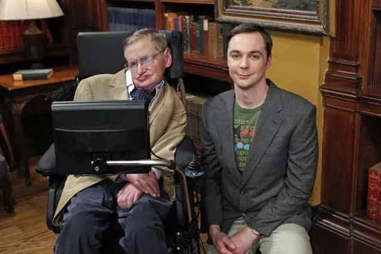 印象中的霍金,一直与轮椅相伴,脑袋歪向一边。但是,一动不动的霍金,生活却过得比谁都精彩。写书。《时间简史》《果壳中的宇宙》《大设计》....几十年来写出十几本畅销书,科学界畅销书第一人,实至名归。